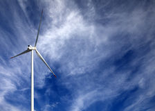 Silnik wiatrowy i niebieskie niebo z chmurami Zdjęcia Royalty Free