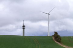 Silnik wiatrowy i teletechniczny wierza - krajobraz fotografia royalty free