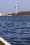 Silnik wiatrowy brzeg rzeki Zdjęcie Royalty Free