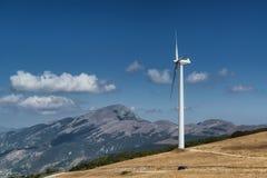 Silnik wiatrowy na wierzchołku góra w Północnym Włochy zdjęcia royalty free