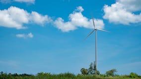 Silnik wiatrowy nad chmurami i niebieskim niebem Fotografia Royalty Free