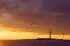 Silnik wiatrowy przy zmierzchem Fotografia Royalty Free