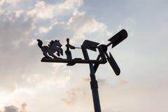 Silnik wiatrowy robić drewnem na natura bielu niebieskim niebie i chmurze zdjęcia stock