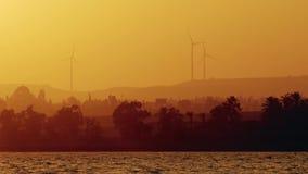 Silnik wiatrowy władzy generator przy zmierzchem Cypr zdjęcie wideo