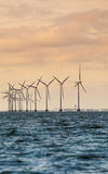 Silnik wiatrowy władzy generatoru gospodarstwo rolne wzdłuż brzegowego morza Fotografia Royalty Free