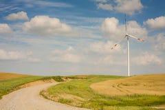 Silnik wiatrowy w krajobrazie z podjazdem. Fotografia Royalty Free