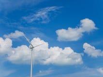 Silnik wiatrowy z niebieskiego nieba i bielu chmurami fotografia stock
