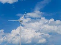 Silnik wiatrowy z niebieskiego nieba i bielu chmurami zdjęcia royalty free