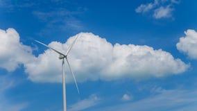 Silnik wiatrowy z niebieskiego nieba i bielu chmurami obraz stock