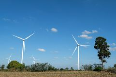 Silnika wiatrowego gospodarstwo rolne w polu - energii odnawialnej źródło obraz stock