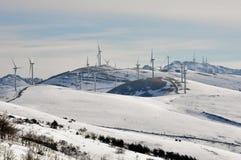 Silnika wiatrowego gospodarstwo rolne w zimie (Baskijski kraj) Zdjęcie Royalty Free