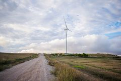 Silnika wiatrowego pole na wzgórzu dla energii odnawialnej źródła obrazy royalty free
