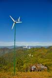 Silniki wiatrowi dla elektryczności pokolenia na wzgórzu Obraz Stock