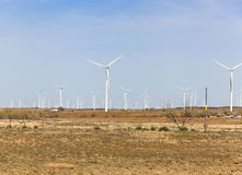 Silniki wiatrowi na wiatrowym gospodarstwie rolnym w zachodnim Teksas Obraz Royalty Free