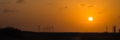 Silniki wiatrowi przy pomarańczowym zmierzchem w wiejskim Corpus Christi, Teksas, usa Zdjęcia Stock