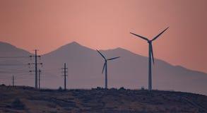 Silniki wiatrowi wytwarza elektryczność w zmierzchu wiatrze obrazy stock