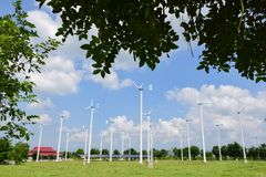 Silniki wiatrowi wytwarza elektryczność z niebieskim niebem zdjęcia stock