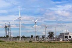 Silniki wiatrowi z wysoką woltaż elektrycznej władzy pilonu podstacją dla odnawialnej wiatrowej energii Obrazy Stock