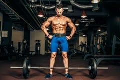 Silny Bodybuilder narządzanie dla deadlift barbell Obraz Royalty Free