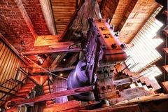 Silny drewniany zawieszenie wielki dzwon w odnawiący wierza zdjęcia stock