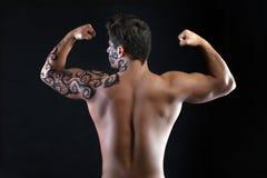 Silny faceta pozować bez koszuli kamera, z powrotem Fotografia Royalty Free
