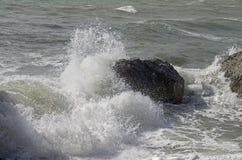 Silny kipieli łamanie na nabrzeżnych falezach crimea Obrazy Royalty Free