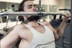 Silny mężczyzna, bodybuilder ćwiczy w gym Obrazy Royalty Free