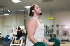 Silny mężczyzna, bodybuilder ćwiczy z barbell w gym Obraz Royalty Free