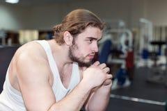 Silny mężczyzna, bodybuilder ma odpoczynek między ćwiczyć w gym Fotografia Stock