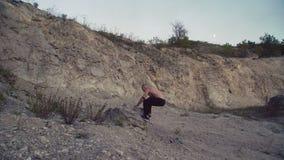 Silny mężczyzna jogging na szorstkiej skały i szkolenia bezpłatnej walce 4K zdjęcie wideo