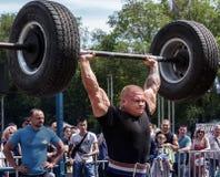 Silny mężczyzna podnosi ciężkiego barbell weightlifting Zdjęcia Royalty Free