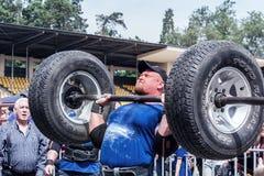 Silny mężczyzna trzyma ciężkiego barbell na jego klatki piersiowej Weightlifting Zdjęcie Stock