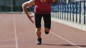 Silny mężczyzna zaczyna biegać od kucać początek, zawody atletyczni atletyka, sport zbiory wideo