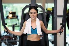 Silny Młody sprawności fizycznej kobiety ćwiczenie z maszyna kablem Fotografia Stock