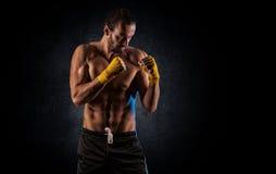 Silny mięśniowy bokser w czerwonych bokserskich rękawiczkach Mężczyzna w boksie Obrazy Stock