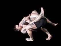Silny MMA wojownik trzyma jego rywalizuje puszek i rzucać poncze Obraz Royalty Free