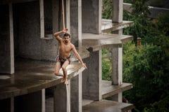 Silny nieustraszenie toples mężczyzna odprowadzenie na slackline na deszczowym dniu zdjęcia royalty free