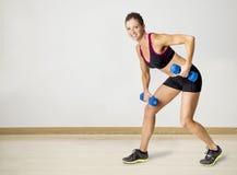 Silny Piękny sprawności fizycznej kobiety udźwig obciąża indoors Obraz Stock