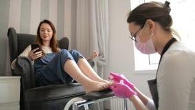 Silny salonu pracownik Skoncentrowany mistrz Przetwarza nogi Z Leczyć masaż W Luksusowym pięknie W Różowych Gumowych rękawiczkach zbiory wideo
