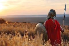 Silny Spartański wojownik w batalistycznej sukni z osłoną i dzidą obraz stock