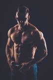 silny sportowy mężczyzna w okularach przeciwsłonecznych na czarnym tle Obrazy Royalty Free
