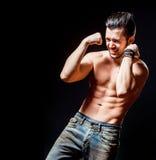 Silny sportowy mięśniowy mężczyzna Emocjonalny męski portret Fotografia Stock