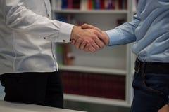 Silny uścisk dłoni dwa mężczyzna Zdjęcie Stock