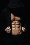 Silnych sportowych mężczyzna showes mięśniowy ciało zdjęcie stock