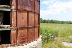 Silo abandonado al lado del campo overgrown Imagen de archivo libre de regalías