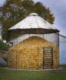 Silo antiquado do armazenamento do milho em uma exploração agrícola de Amish imagem de stock royalty free