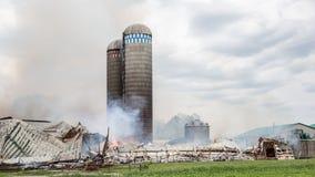 Silo da batalha dos sapadores-bombeiros e fogo do celeiro Imagem de Stock