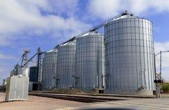 Silo de grano de acero en granja en el ajuste rural Foto de archivo libre de regalías