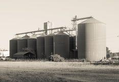 Silo de grano en el Western Cape, Suráfrica en monocromo fotos de archivo