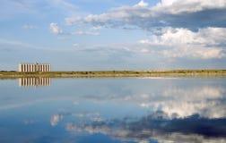 Silo del cereale attraverso un lago con la riflessione e fenicottero nel wate Fotografia Stock